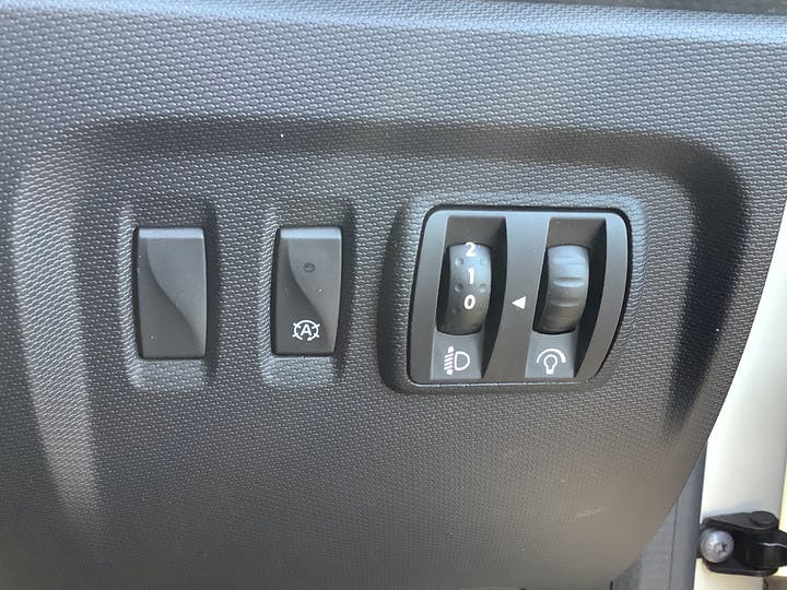 Renault Captur 0.9 Tce Energy Expression + SUV 5dr Petrol Manual (s/s) (114 G/km, 90 Bhp) | AU16LKO | Photo 19
